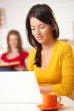 Menina adolescente que trabalha no computador Imagem de Stock Royalty Free
