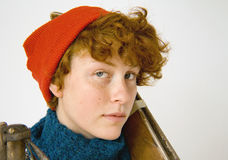 Menina adolescente Red-Haired com esquis antigos Foto de Stock Royalty Free