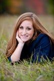 Menina adolescente Red-headed que encontra-se na grama Fotos de Stock