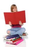 Menina adolescente Rerading um livro Foto de Stock