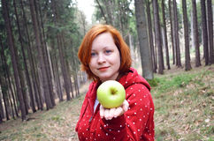 Menina adolescente saudável com maçã Fotografia de Stock Royalty Free