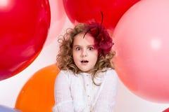 Menina adolescente surpreendida, amedrontada no vestido branco e chapéu Imagem de Stock Royalty Free