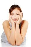Menina adolescente triste que encontra-se em sua barriga Fotografia de Stock
