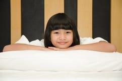 Menina adorável acordada acima fotografia de stock