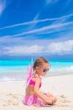 A menina adorável com asas gosta da borboleta sobre Fotos de Stock Royalty Free