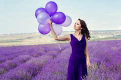 Menina adorável com balões roxos Imagens de Stock
