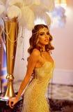 Menina adorável com beleza glamoroso Mulher adorável no vestido à moda Novo e bonito fotos de stock