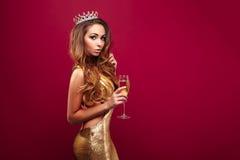 Menina adorável com a coroa vestindo do champanhe foto de stock royalty free