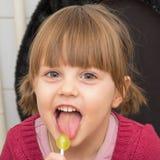 Menina adorável com tranças e os olhos grandes Imagens de Stock