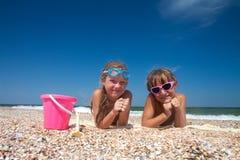 Menina adorável da criança dois na praia da areia fotografia de stock royalty free