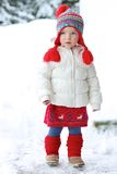 A menina adorável da criança em idade pré-escolar aprecia o inverno na estância de esqui Imagens de Stock