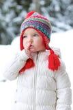 A menina adorável da criança em idade pré-escolar aprecia o inverno na estância de esqui Fotografia de Stock