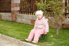 Menina adorável da criança pequena Fundo verde da natureza do verão Fotos de Stock Royalty Free