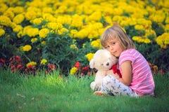 Menina adorável da criança que abraça seu urso de peluche favorito fotos de stock