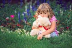 Menina adorável da criança que abraça seu urso de peluche favorito fotografia de stock royalty free