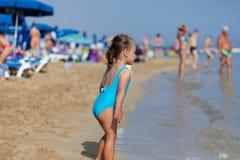 Menina adorável da criança que joga com brinquedos da praia foto de stock royalty free