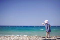 Menina adorável em um Pebble Beach fotos de stock royalty free