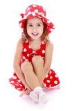 Menina adorável em um vestido e em um chapéu vermelhos com Fotografia de Stock