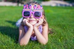 Menina adorável em vidros do feliz aniversario Foto de Stock Royalty Free