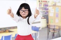 Menina adorável na classe do jardim de infância Fotografia de Stock Royalty Free
