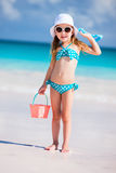 Menina adorável na praia imagens de stock