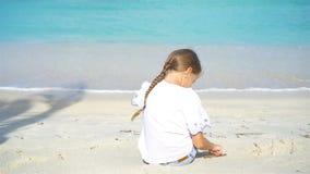 Menina adorável na praia branca durante férias de verão filme