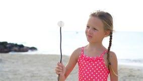 Menina adorável na praia que tem muito divertimento Movimento lento filme