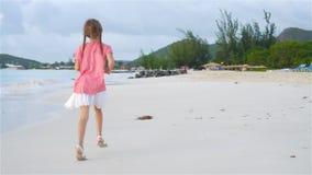 Menina adorável na praia que tem o divertimento na ilha das Caraíbas Movimento lento video estoque