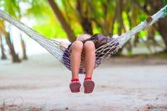 Menina adorável nas férias tropicais que relaxam Fotografia de Stock