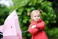 Menina adorável no dia chuvoso no outono Foto de Stock Royalty Free