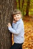 Menina adorável no parque da beleza fotos de stock