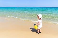 Menina adorável no roupa de banho que tem o divertimento no Sandy Beach tropical Imagens de Stock Royalty Free