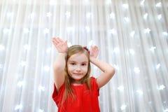 Menina adorável no tempo do Natal Fotos de Stock