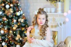 Menina adorável pela árvore de Natal Fotografia de Stock