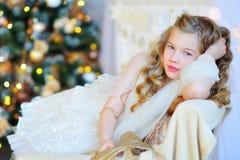 Menina adorável pela árvore de Natal Fotografia de Stock Royalty Free