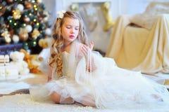 Menina adorável pela árvore de Natal Imagem de Stock Royalty Free