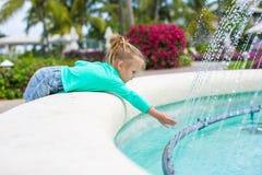 Menina adorável pequena em um hotel exótico bonito foto de stock