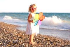 Menina adorável pequena em uma praia perto de um mar fotografia de stock royalty free
