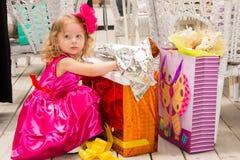 Menina adorável pequena que comemora 3 anos de aniversário Caçoe o hairband vestindo da flor no partido fora no dia de verão Imagem de Stock Royalty Free