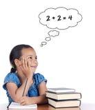 Menina adorável que estuda a matemática Fotos de Stock Royalty Free