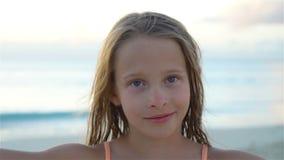 Menina adorável que faz o selfie na praia branca tropical Movimento lento video estoque