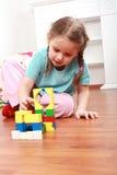 Menina adorável que joga com blocos Fotos de Stock Royalty Free