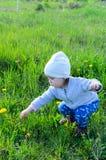 Menina adorável que joga no prado no campo Fotos de Stock