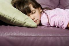 Menina adormecida no sofá Fotografia de Stock