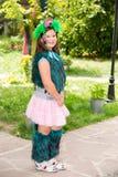 Menina adorável da criança pequena com akvagrim no feliz aniversario Fundo verde da natureza do verão Foto de Stock Royalty Free