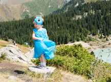 Menina adorável da criança pequena na grama no prado Natureza verde do verão Fotografia de Stock