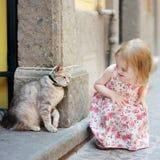 Menina adorável e um gato ao ar livre Fotografia de Stock Royalty Free