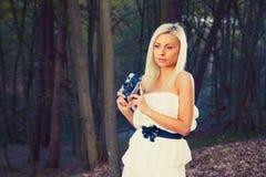 Menina adulta bonita com a câmera retro da foto imagens de stock royalty free