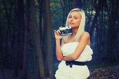 Menina adulta bonita com a câmera retro da foto foto de stock royalty free