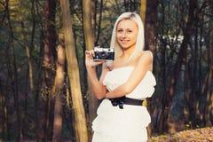 Menina adulta bonita com a câmera retro da foto imagem de stock royalty free
